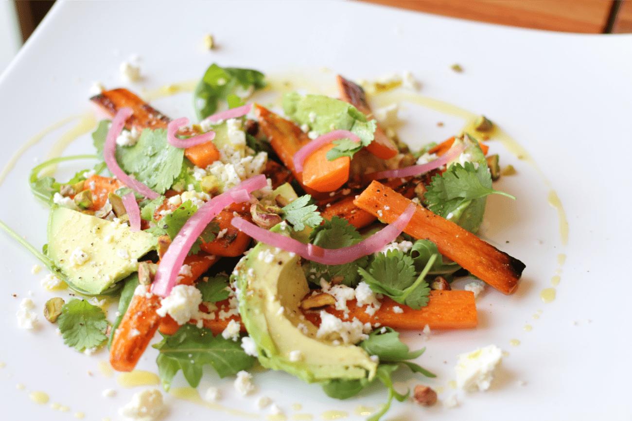 Salade aux carottes grillées et à l'avocat