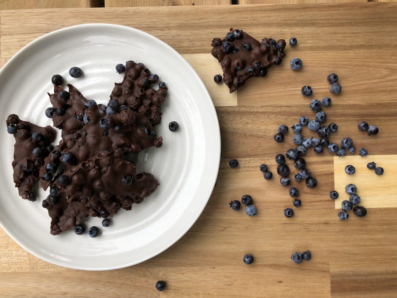 Bleuets (myrtilles) enrobés de chocolat noir – Deux ingrédients!
