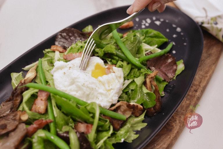Salade à l'oeuf coulant, lardons et huile de truffe